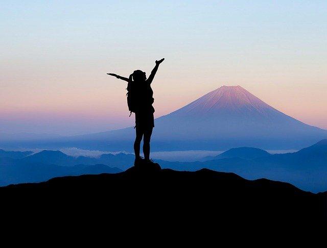 山の頂上に立つ登山者