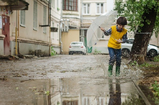 雨の中で遊ぶ少年