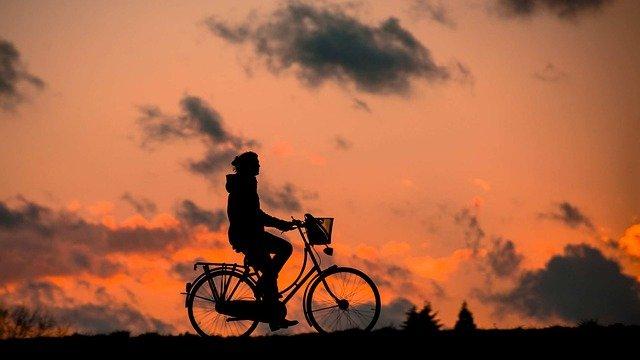 夕闇を自転車で走る